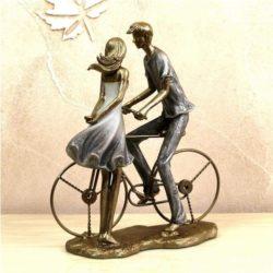 estatuilla de parejas con bicicleta