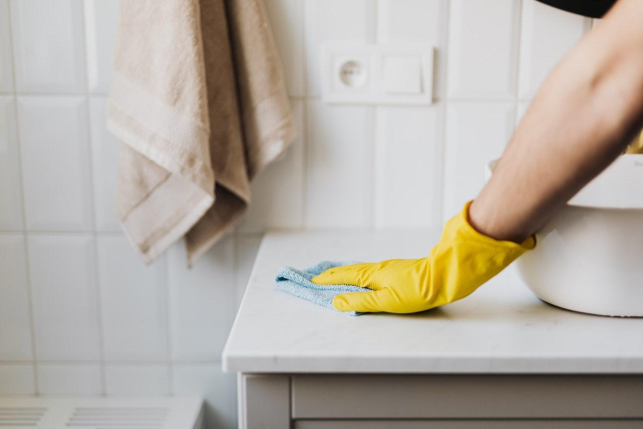 Brazo limpiando el baño